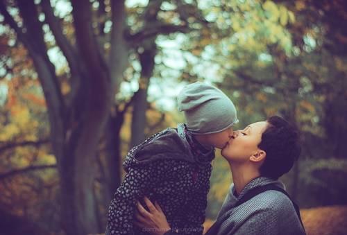 Pocałunek matki z dzieckiem